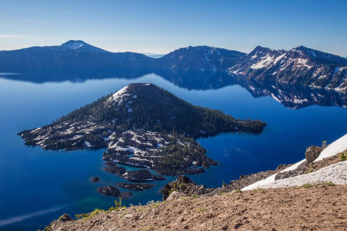 crater-lake-sunrise-wizard-island-reflection