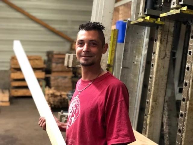 photo jérôme salarié chez Bourdaud bois opérateur de collage bois