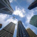 【防災】高層マンション・ビルで地震が発生した時どうすればいい?安全な場所で揺れが収まるまで待つ