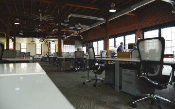 【防災】会社(オフィス)で地震が発生した時はどう避難すればいい?日頃からロッカーに備えておく