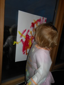 Bébé fait de la peinture