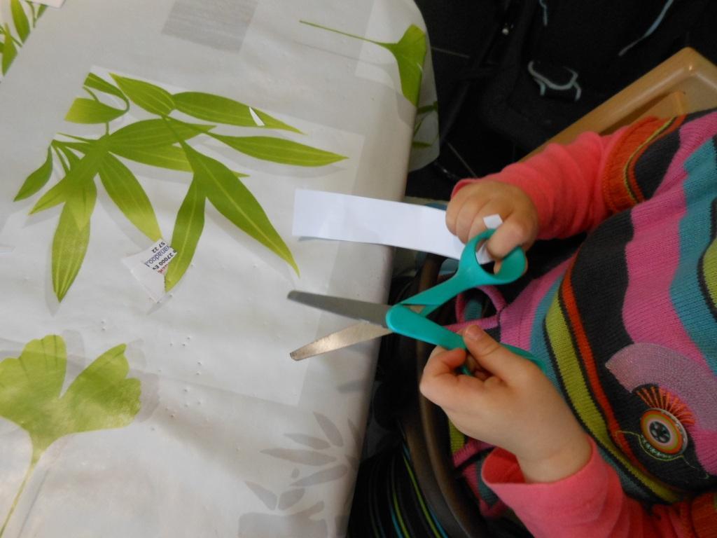 activit s montessori apprendre d couper avec des ciseaux 1 bout de chou en veil. Black Bedroom Furniture Sets. Home Design Ideas