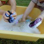 Pédagogie Montessori faire la lessive
