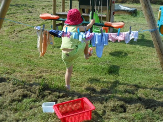 Pédagogie Montessori lessive des habits