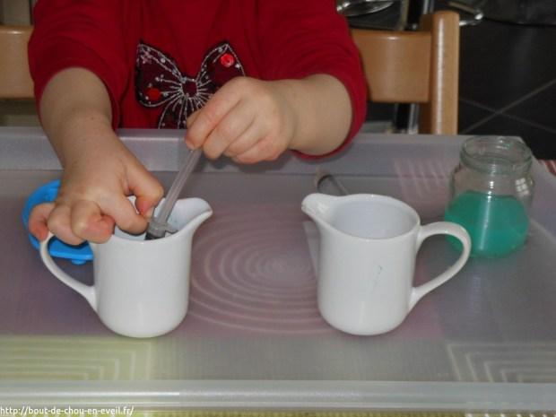 Activité Montessori transvaser avec une seringue