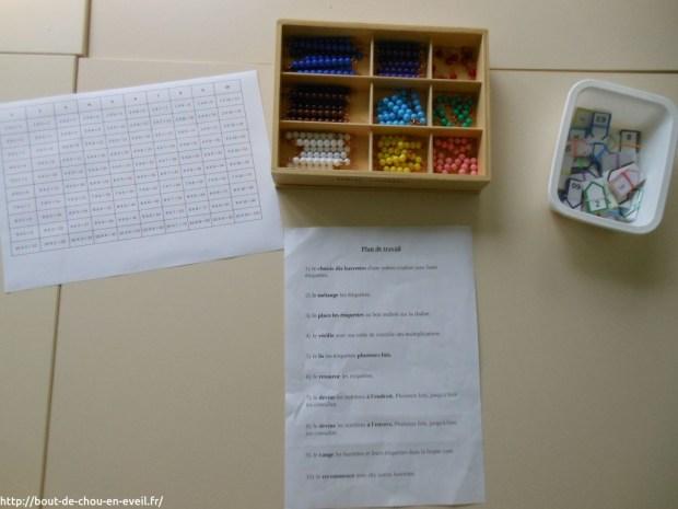 Activité Montessori avec les barrettes de perles colorées