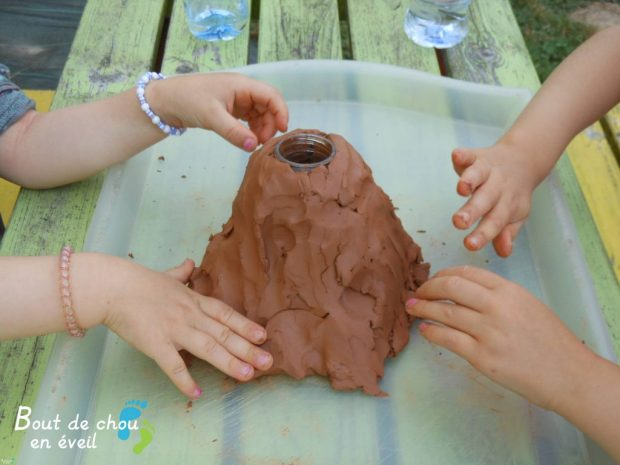 Activités Montessori fabriquer un volcan