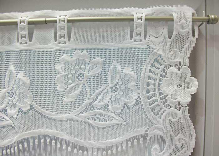 petit rideau blanc esprit dentelle fleurie