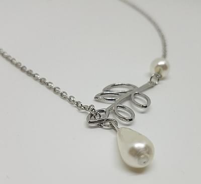 Collier de perles et feuilles detail