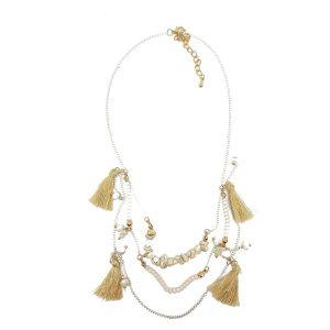 Collier pompons beiges et perles sur chaînettes blanches