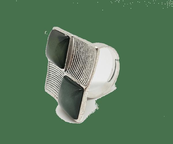 Bague damier réglable composée de carrés gris en résine 2