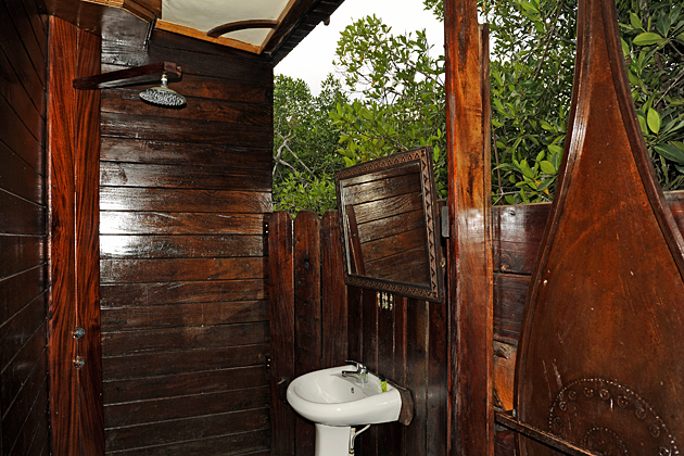 Mandina floating lodge open-air bathroom