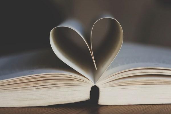 ハート型の本のページ