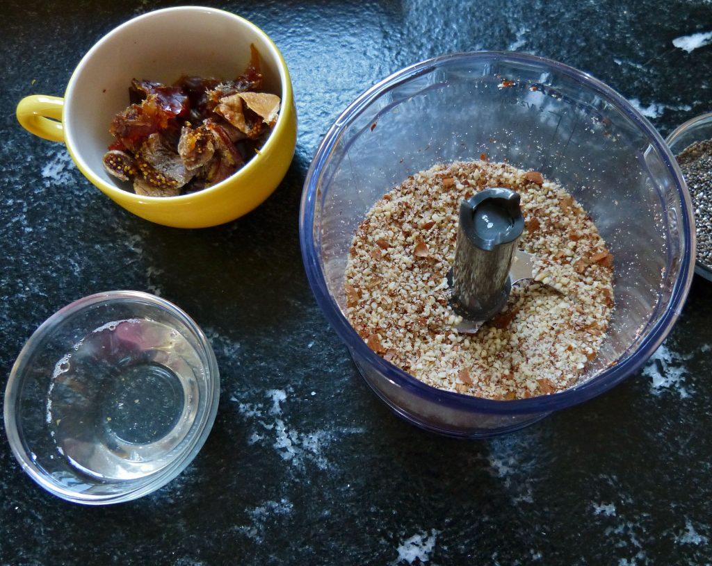 L1050533 1024x815 - Gesunder Genuss auf drei Ebenen: halbgefrorene Brombeer-Cashew-Torte (roh, zuckerfrei & vegan)