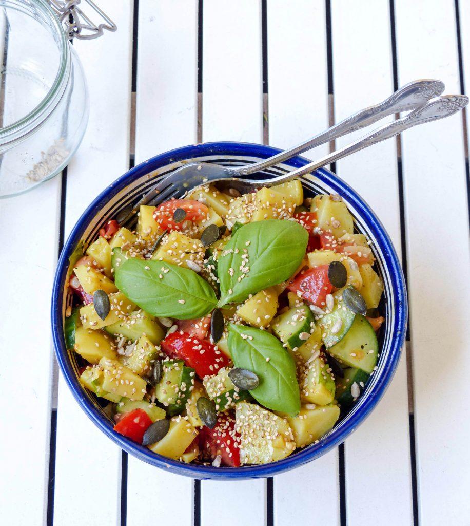L1050853 LR 22 916x1024 - Lauwarmer Kartoffelsalat mit Gurke und Tomate