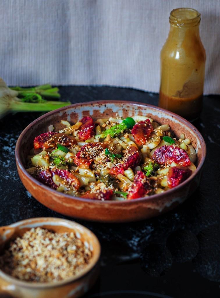 L1050853 LR 42 756x1024 - Warmer Fenchel-Salat mit Blutorange und Paranuss-Crunch