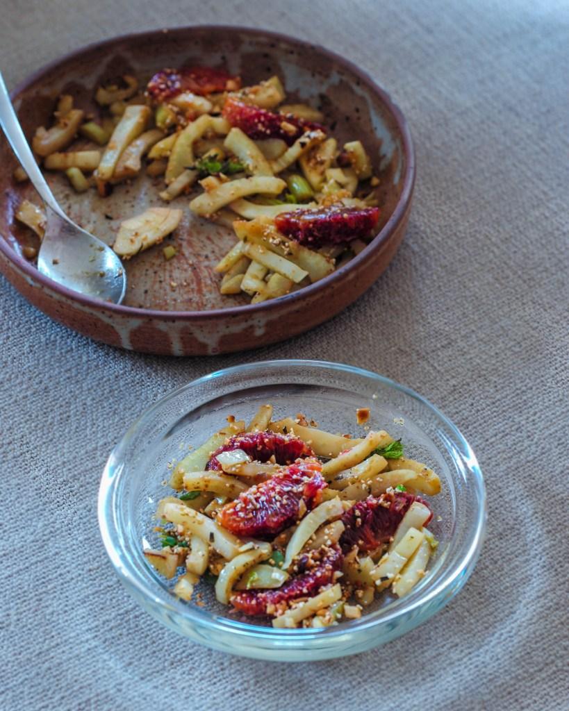 L1050853 LR 45 819x1024 - Warmer Fenchel-Salat mit Blutorange und Paranuss-Crunch