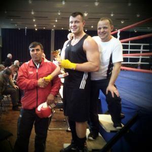 Nach dem Kampf mit seinen Trainern Hans-Joachim Griegel und Önder Satici