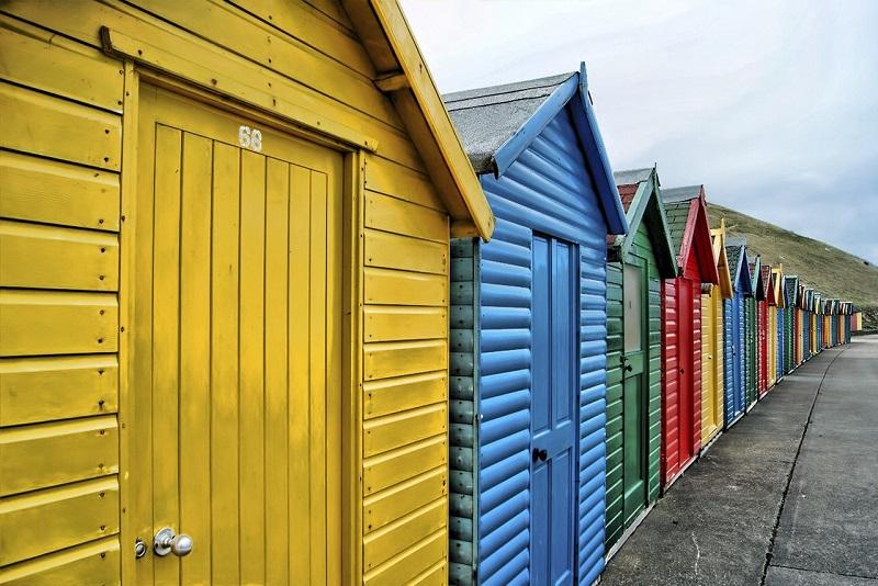 cabanes de plage couleurs primaires