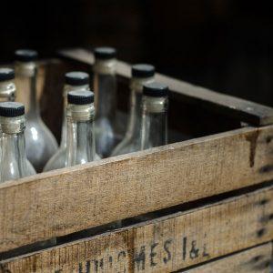 solide caisse en bois brut pour bouteilles