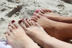 pieds dans le sable à la plage
