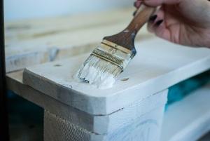Peindre des palettes au pinceau