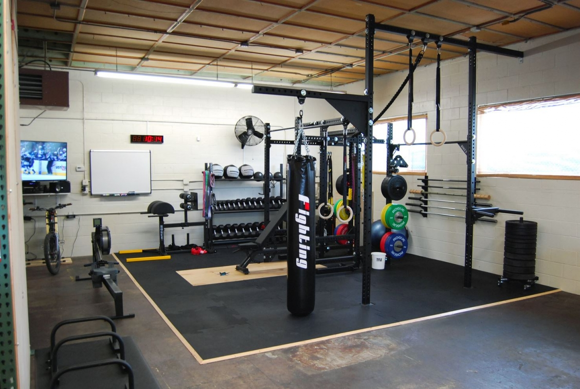 Awesome crossfit gyms home and garage setups box junkies for How to create a home gym