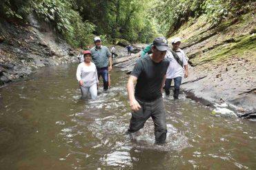 Director en el sendero ecoturístico