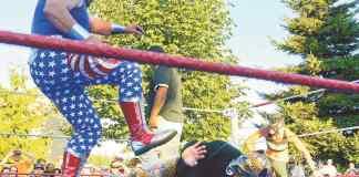 La mayoría de los luchadores portan máscaras y trajes para ocultar para ocultar su identidad.