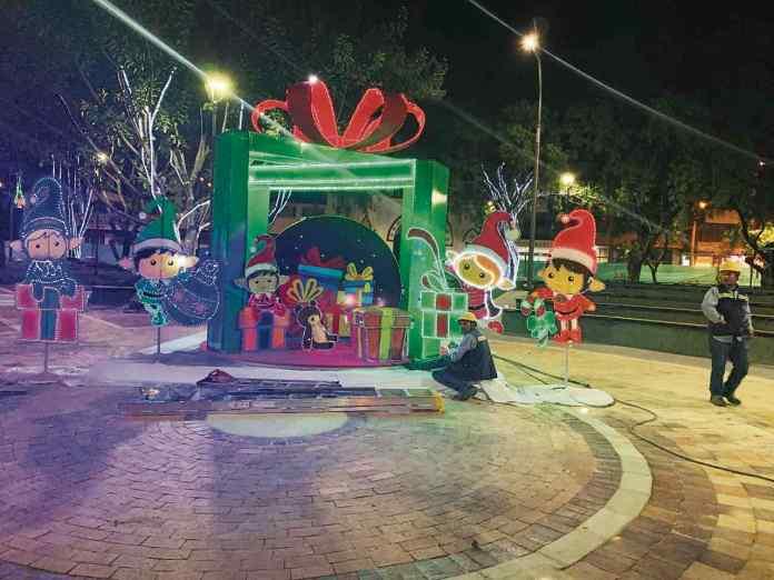 Anoche desde la plaza de Los Libertadores y con un espectáculo musical y artístico se le dio la bienvenida a la época de fin de año.