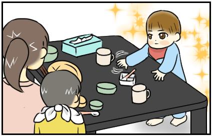 次男が食卓の食器を触ろうとしている。