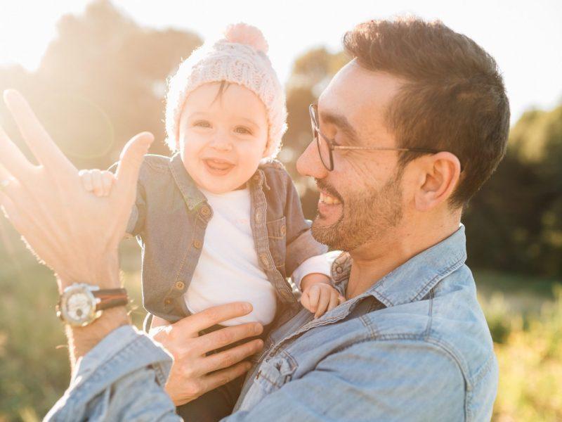 Sohn bei Vater auf dem Arm