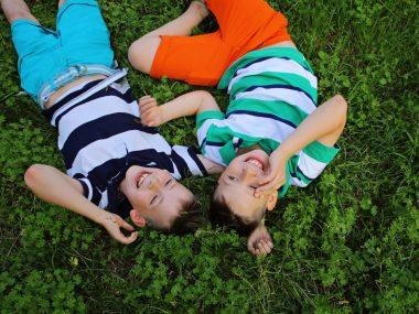 Lachen, Jungen die lachen, internationaler Tag des Lächelns