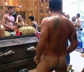 A Fazenda | Rodrigo Capella fica nu e mostra a bunda