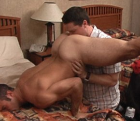 Homem sarado dando a bunda por grana - Morgan Shagwell & Mike Hancock
