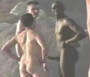 SpyCam flagra machos pelados e de pau duro em praia de nudismo - Amador