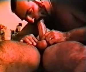 Macho contrata massagem e leva apalpada no pau grosso até gozar
