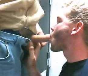 Loirinho chupa um pau na livraria - Sexo em Público