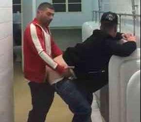 Taradão mete até o talo em bofão no banheiro público