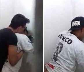 Nerd mata a secura fodendo o tiozinho no banheiro