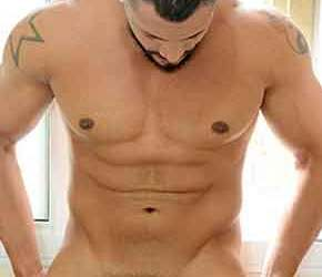 Tallen, lutador e fisiculturista, mostra sua barra de ferro