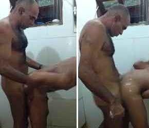 Paizão peludo fode viado no banheiro