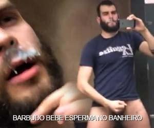 Barbudo bebe esperma de um desconhecido no banheiro público