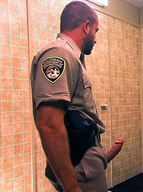 pm batendo bronha banheiro publico