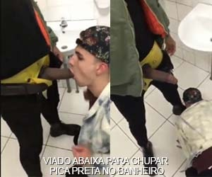Boy interrompe rolê e chupa jeba preta enorme no banheiro