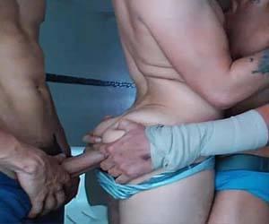 Safadeza ao vivo com bunda gay sendo usada pelos amigos safados