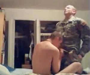 Macho do exército come bunda de homem na folga