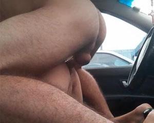 Metendo a rolada no cu do gayzão dentro do carro