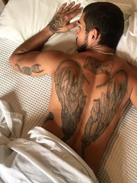 boy tatuado acompanhante masculino