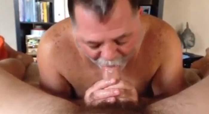 engolindo porra macho peludo